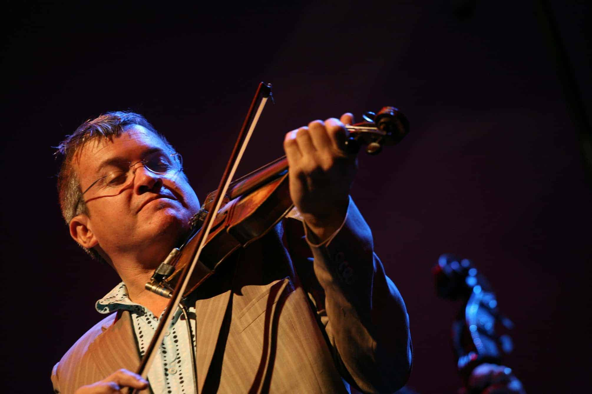 George Washingmachine playing violin